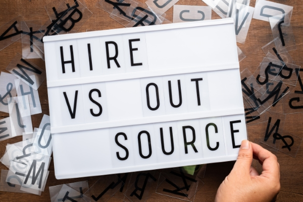 Bild Outsourcing vs hire